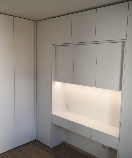 vorac-interiery-kuchyn-satni-skrin-knihovna