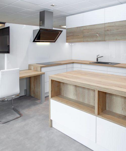 interiery_vorac_moderni_kuchyne_bila_hneda_drevo